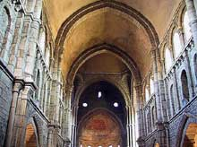Paray Le Monial (Saône et Loire): la Basilique. La nef