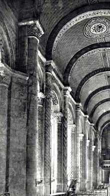Poitiers (Vienne): Notre Dame la Grande: la nef avec sa voûte en berceau plein cintre