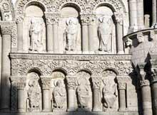 Poitiers (Vienne): Notre Dame la Grande: façade occidentale: partie supérieure sud: apôtres et évêques (Hilaire et Martin)