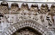 Poitiers (Vienne): Notre Dame la Grande: façade occidentale: frise surmontant les tympans: partie centre et sud du tympan nord: Nabuchodonosor, les prophètes et l'ange de l'Annonciation