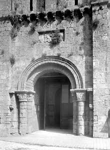 Poitiers (Vienne): saint Porchaire. Le clocher-porche. Le portail
