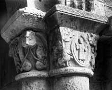 Poitiers (Vienne): saint Porchaire. Chapiteau du porche