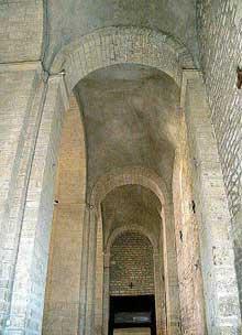 L'abbaye sainte Marie de Quarante: bas côté voûté d'arêtes
