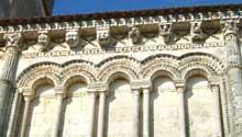 Rétaud (Charente Maritime): église saint Trojan. Décor de la corniche du chevet