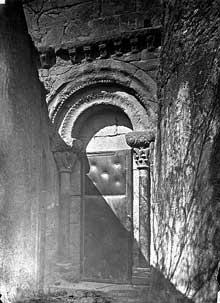 Rieux Minervois (Aude): église sainte Marie. La porte sud