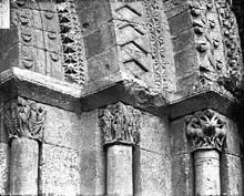 Rioux (Charente Maritime): église Notre Dame. Détail de l'ébrasement du portail