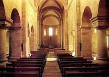 Rosheim en Alsace: église saints pierre et Paul: vue de la nef avec alternance des supports