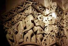 Saintes (Charente Maritime), saint Eutrope. L'église haute: chapiteau du jugement et de la pesée des âmes de la croisée