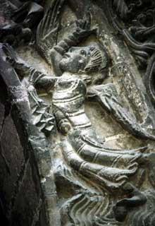 Saintes (Charente Maritime): abbatiale Sainte-Marie des Dames. Voussures du portail central, ange de la première voussure