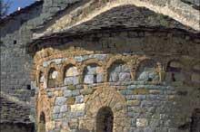 Eglise de la Madone del Poggio à Saorge en Alpes Maritimes. Arcatures aveugles