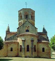 Semur en Brionnais: collégiale saint Hilaire: le chevet