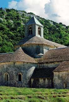 Sénanque: l'abbaye cistercienne. Le chevet de l'abbatiale