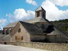 Sénanque: l'abbaye cistercienne. Flanc sud de l'abbatiale