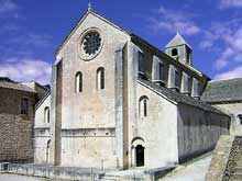 Sénanque: l'abbaye cistercienne. Façade occidentale de l'abbatiale