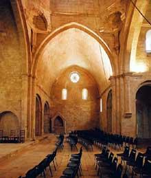 Sénanque: l'abbaye cistercienne. Le croisillon sud du transept.