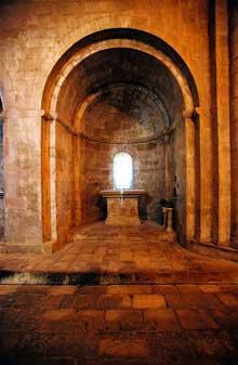 Sénanque: l'abbaye cistercienne. Absidiole du croisillon sud du transept