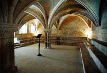 Sénanque: l'abbaye cistercienne. La salle capitulaire