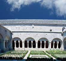 Sénanque: l'abbaye cistercienne. Le cloître