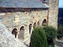 Boule d'Amont (Pyrénées Orientales): le prieuré Sainte Marie de Serrabone: la galerie sud