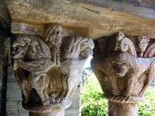 Boule d'Amont (Pyrénées Orientales): le prieuré Sainte Marie de Serrabone: chapiteau de la galerie sud