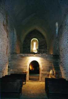 Boule d'Amont (Pyrénées Orientales): le prieuré Sainte Marie de Serrabone: la nef, vers l'ouest