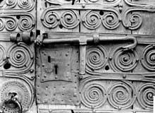 Serralongue (Pyrénées Orientales): l'église sainte Marie: pentures du portail latéral, détail
