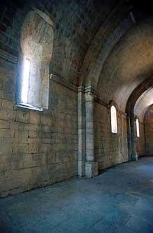 La Roque d'Anthéron (Bouches du Rhône): abbaye de Silvacane, l'église abbatiale: bas côté