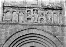 Solignac (Haute Vienne): l'abbatiale saint Pierre: frise surmontant le portail de la façade du transept nord