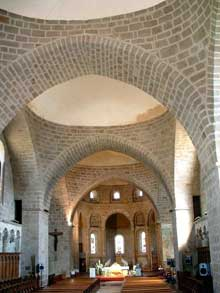 Solignac (Haute Vienne): l'abbatiale saint Pierre: la nef et le chœur sous file de coupoles