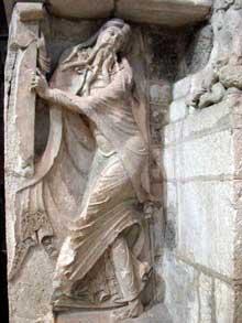 Souillac (Lot): abbatiale sainte Marie: portail intérieur, piédroit du portail: le prophète Isaïe