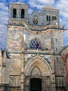 Souvigny (Allier): l'abbatiale Saint-Pierre et Saint-Paul. Façade