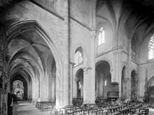 Souvigny (Allier): l'abbatiale Saint-Pierre et Saint-Paul. La nef, la croisée et les doubles collatéraux
