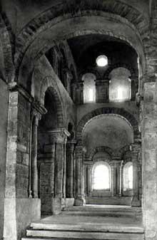 Saint Romain le Puy (Loire): le prieuré saint Romain. L'abside. La nef