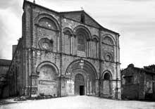 Saint Amant de Boixe (Charente): l'abbatiale. Façade occidentale