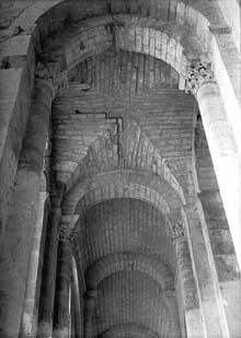 Saint Amant de Boixe (Charente): l'abbatiale. Le collatéral sud