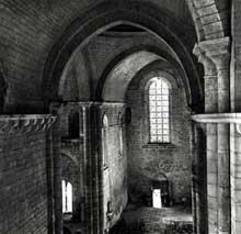 Saint Amand de Coly (Dordogne): église abbatiale. La nef: vue vers l'ouest depuis le chœur.