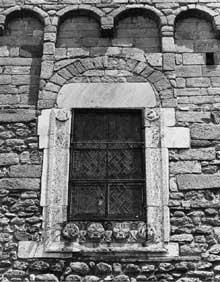 Saint André de Sorède (Pyrénées Orientales): fenêtre surmontant le portail de la façade occidentale