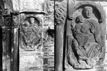 Saint Aventin (Haute Garonne): face sud l'église: La vierge sur le piédroit du portail