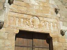 Saint Genis des Fontaines (Pyrénées orientale): le linteau de la façade