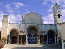 Saint Gilles du Gard: façade de l'abbatiale. Vue générale