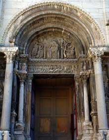 Saint Gilles du Gard: façade de l'abbatiale. Le portail nord