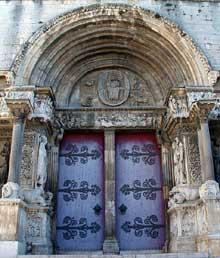 Saint Gilles du Gard: façade de l'abbatiale. Le portail central