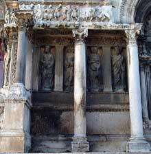 Saint Gilles du Gard: façade de l'abbatiale entre le portail central et le portail sud.