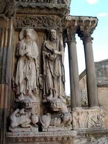 Saint Gilles du Gard, avancée sud du portail central: les apôtres Paul et Jacques le Majeur. A droite, base des deux colonnes, le relief de David