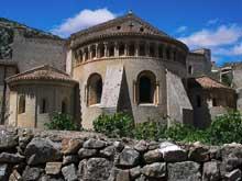 Saint Guilhem le d�sert. Chevet de l�abbatiale avec l�abside centrale et les absidioles nord et sud