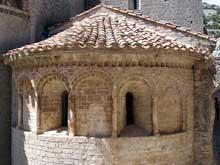 Saint Guilhem le Désert. Absidiole du chevet et ses remarquables ébrasements de fenêtres