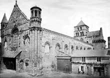 Saint Jouin de Marnes (Deux Sèvres): l'église abbatiale. Face sud-ouest