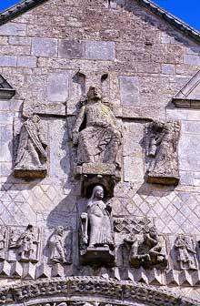 Saint Jouin de Marnes (Deux Sèvres): l'église abbatiale. La façade: voussures du portail central