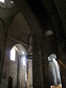 Saint Léonard de Noblat (Haute Vienne): la collégiale. La nef centrale et le bas côté sud