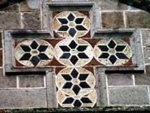 Saint Nectaire (Puy du Dôme): détail du décor extérieur.